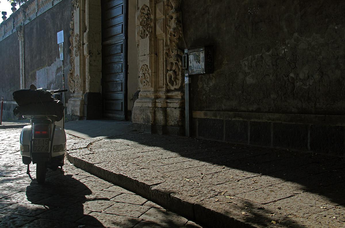 Italiaanse scooter geparkeerd op straat in Catania, Italië.