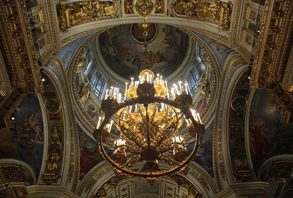 Verguld plafond in de Izaakkathedraal in Sint-Petersburg, Rusland