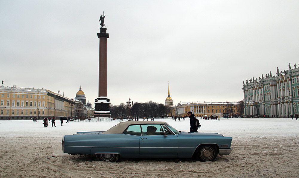 Een Amerikaan als trouwauto op het paleisplein in Sint-Petersburg, Rusland