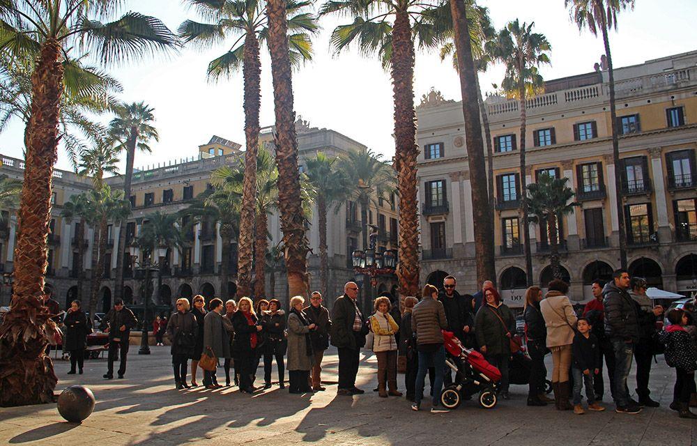 In de rij voor een ijsje op het Placa Reial in Barcelona