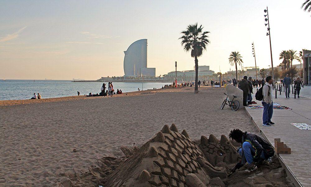 Zandkunstenaar in de wijk Barceloneta in Barcelona
