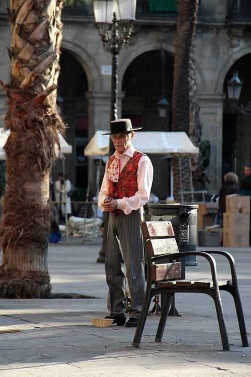 Oudere man op het Placa Reial in de oude stad van Barcelona