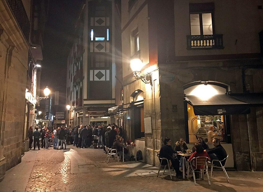 Terras rond middernacht in het oude centrum van Bilbao