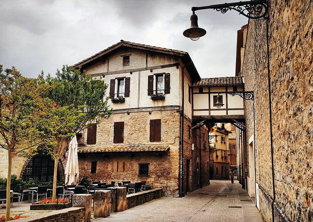 Straatbeeld in rustig Pamplona, Spaans Baskenland
