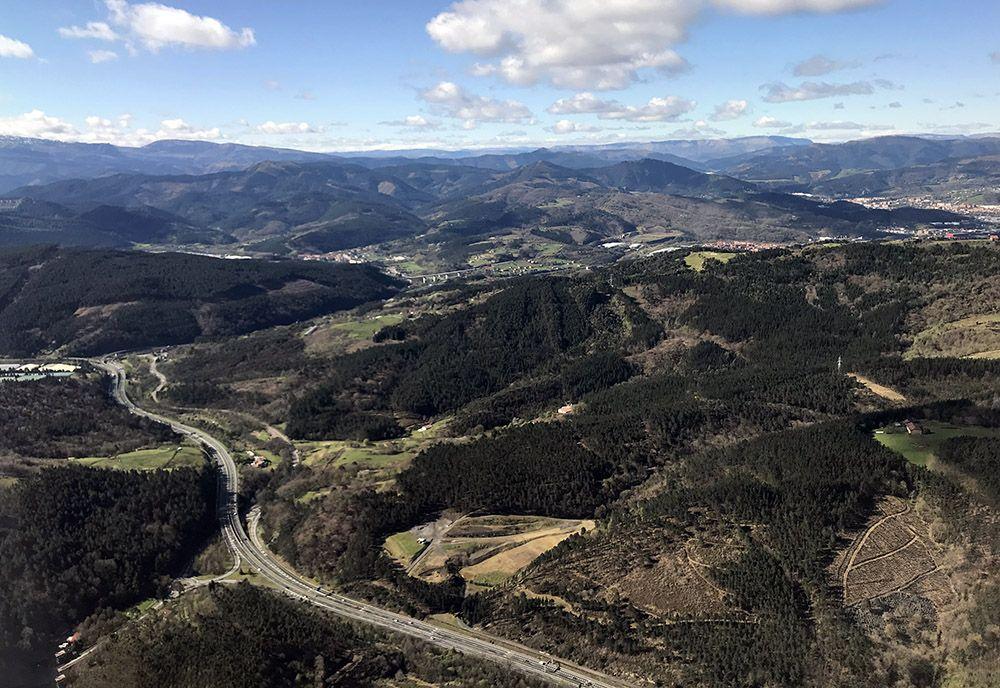 Snelweg door het heuvelachtige Spaanse Baskenland