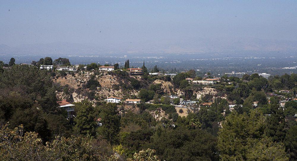 Uitzicht op villawijken vanuit het Topanga State Park in Los Angeles