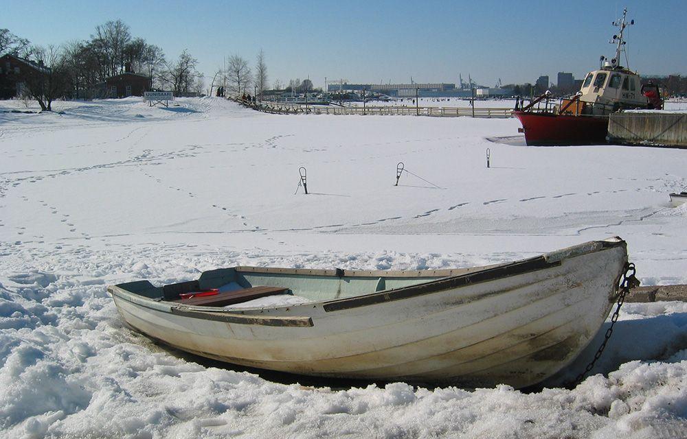 Roeiboot dat vastgevroren is in zee bij Helsinki, Finland
