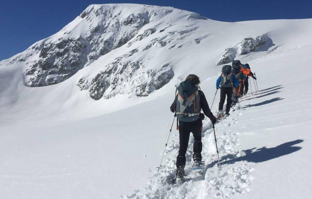 tocht met sneeuwschoenen in de bergen van Zwitserland