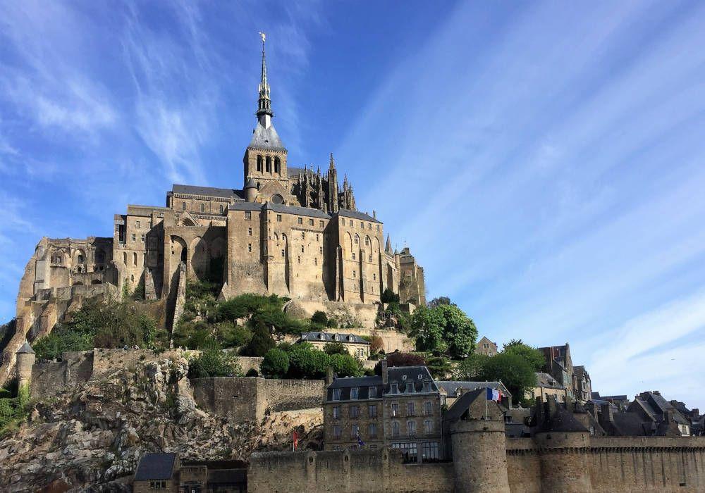 Mont Saint-Michel bij blauwe hemel en mooie wolken