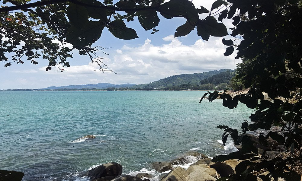 Nature trail langs de kust bij Khao Lak, Thailand