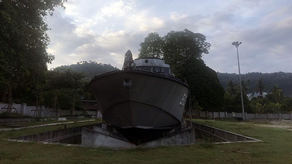 Patrouilleboot op het land na de tsunami