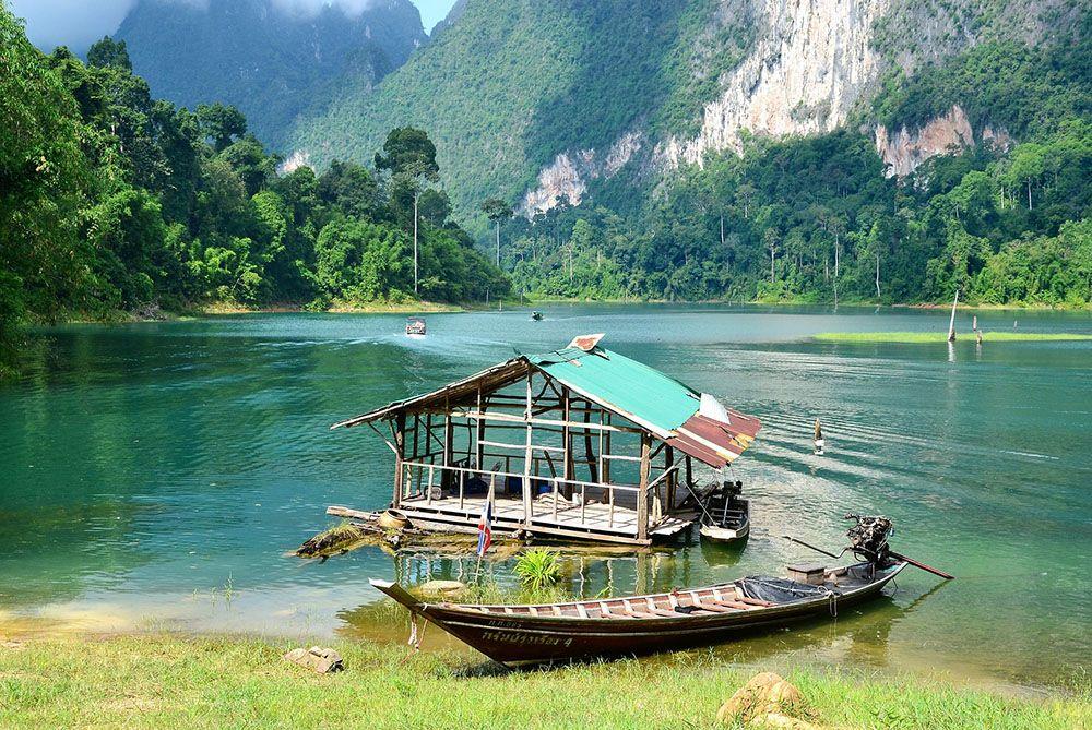 Bootje op een meer in Khao Sok National Park in Thailand