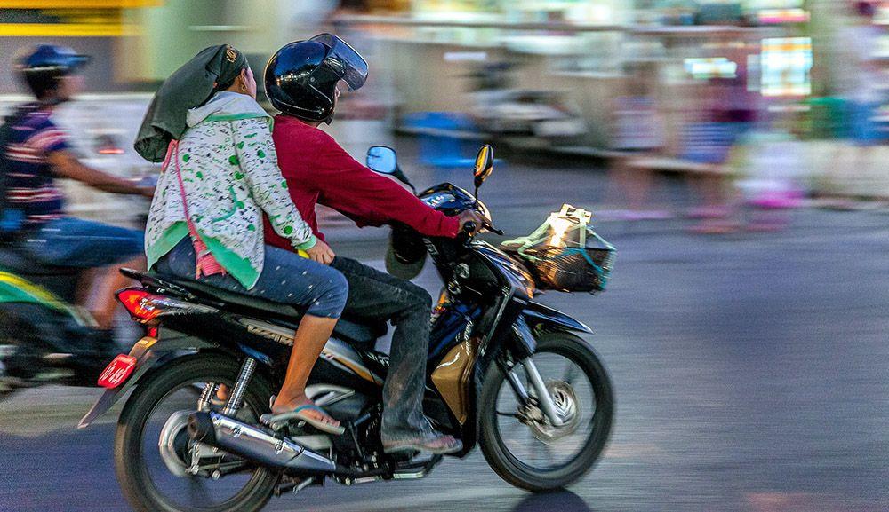 Vervoer met de scooter in Thailand