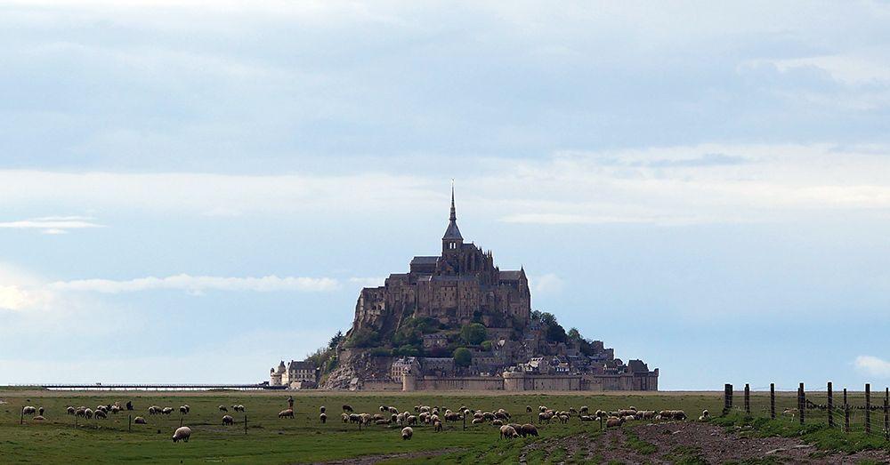 Mont Saint-Michel gezien vanaf de kust van Normandië