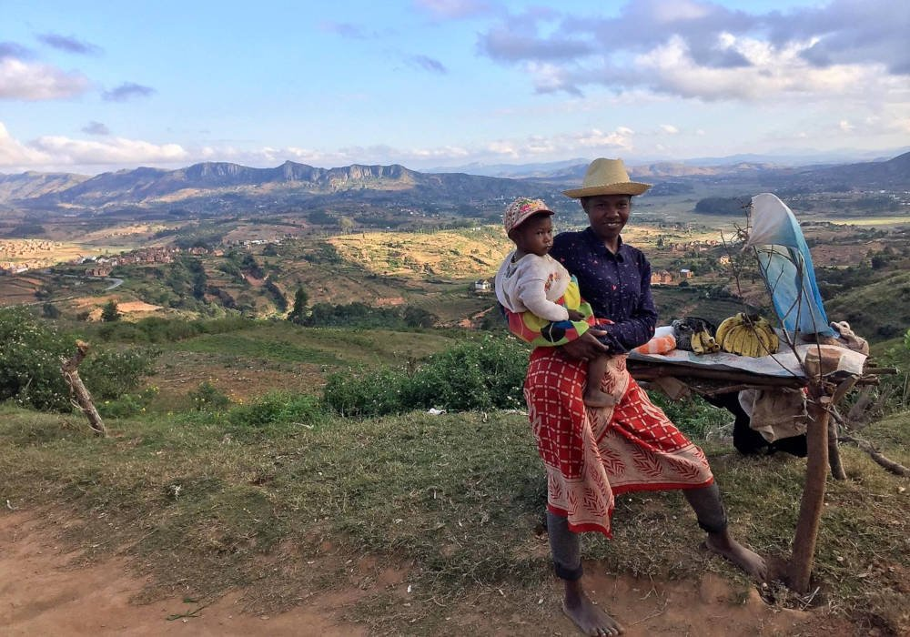Bananenverkoopster met kind in Madagaskar