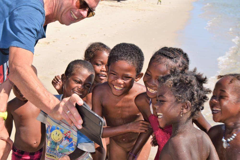 Kinderen kijkend naar een foto tijdens een roadtrip door Madagaskar
