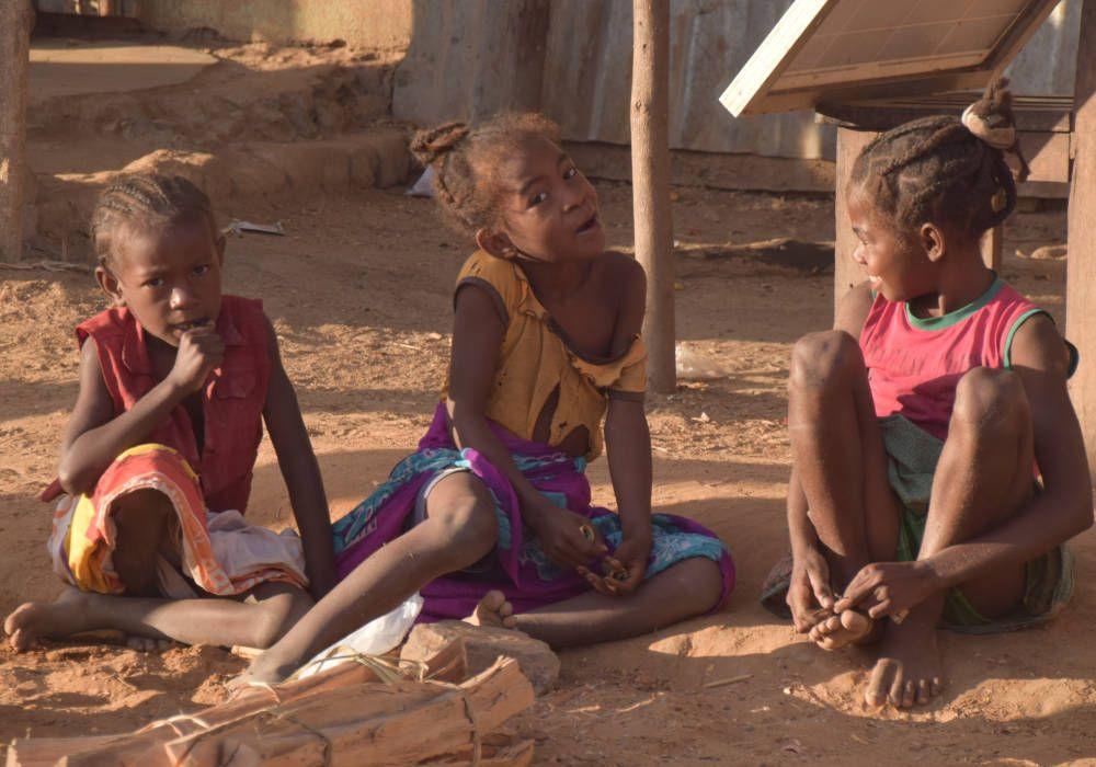 Kinderen bij Tsingy de Bemaraha