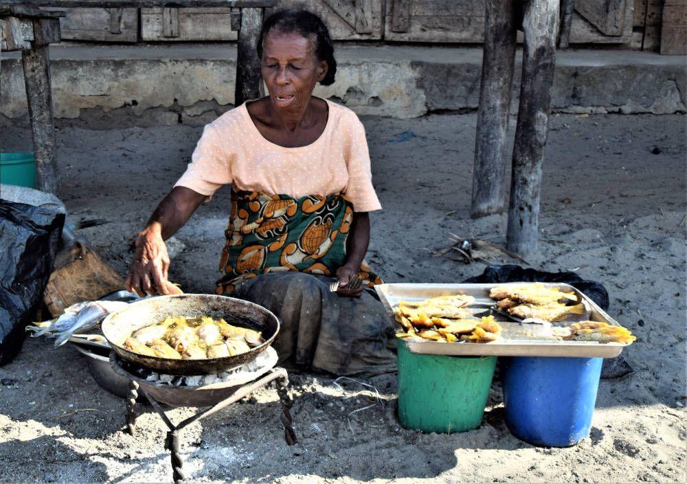 Vrouw die op straat kookt in Madagaskar