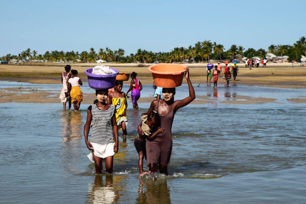 Vrouwen doorwaden een rivier in Madagaskar