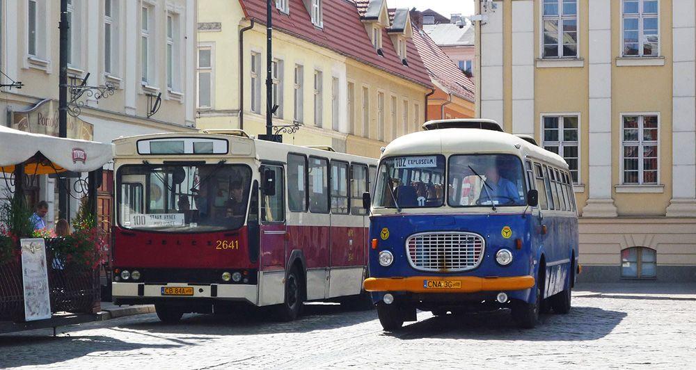 Twee oude bussen in Bydgoszcz in Polen