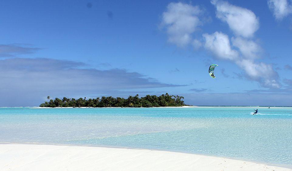 kite surfer op Aitutaki, Cookeilanden