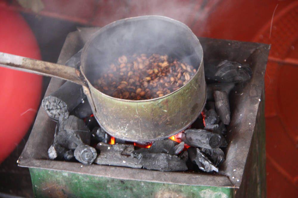 Koffiebonen branden in steelpannetje