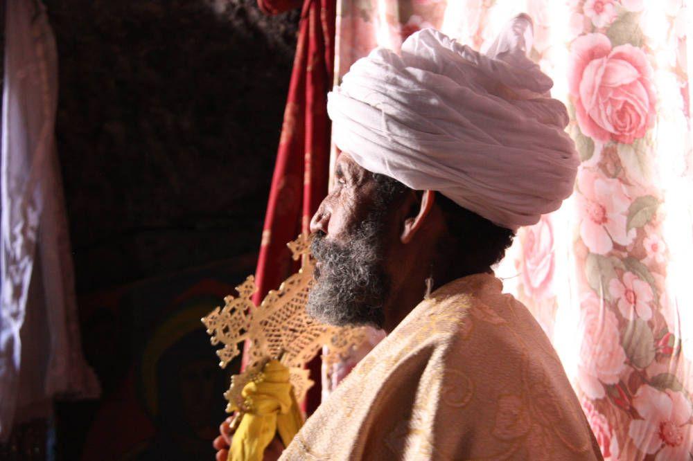 Gelovige met tulband iin een kerk in Ethiopië
