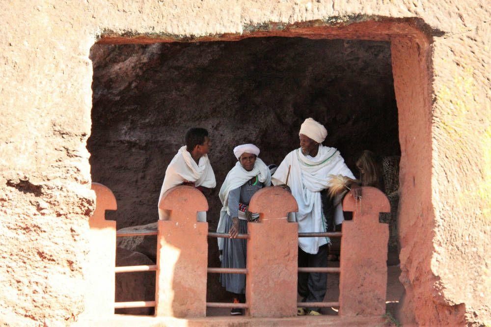Gelovigen op een balkon van een kerk in Noord-Ethiopië