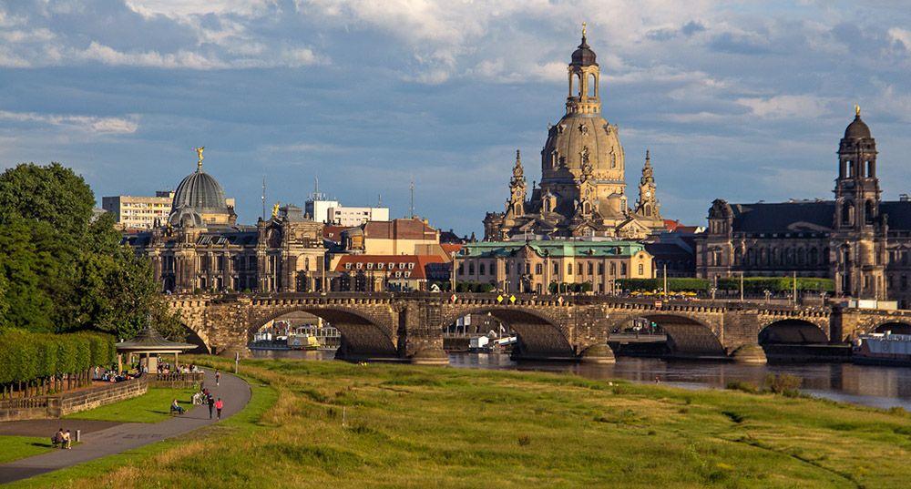 Park aan de overkant van de Elbe in Dresden