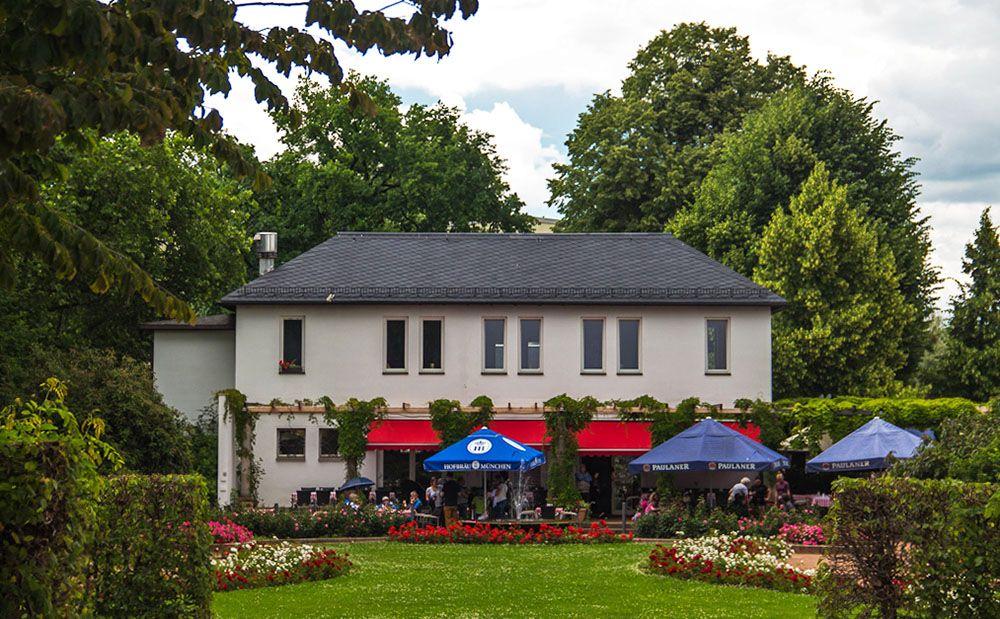 Terras van hotel-restaurant net buiten de oude stad van Dresden