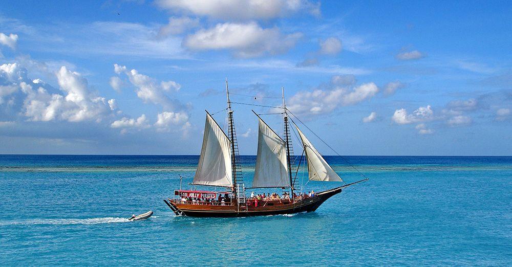 zeilschip met toeristen op Aruba