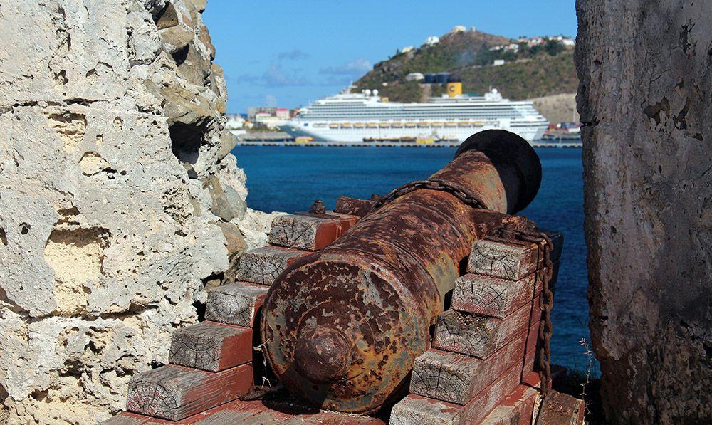kanon gericht op een cruiseschip