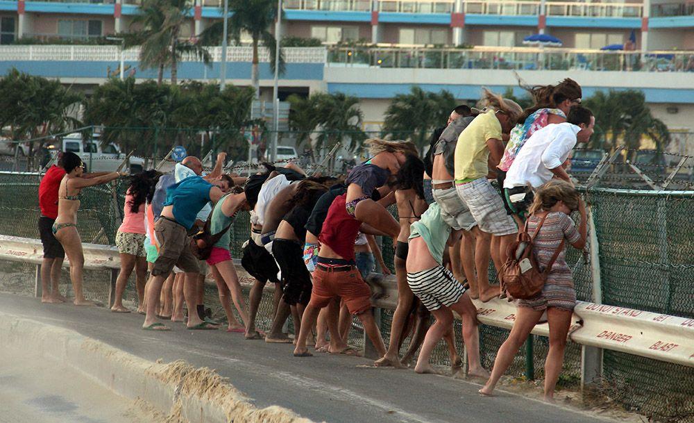 toeristen bij Maho Beach