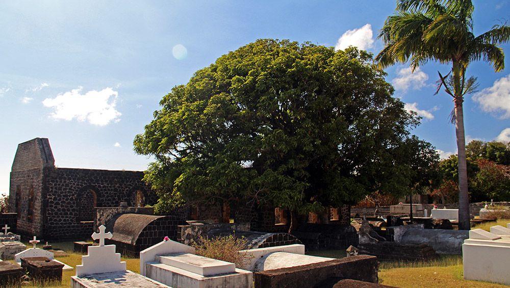 Kerk met kerkhof op Statia