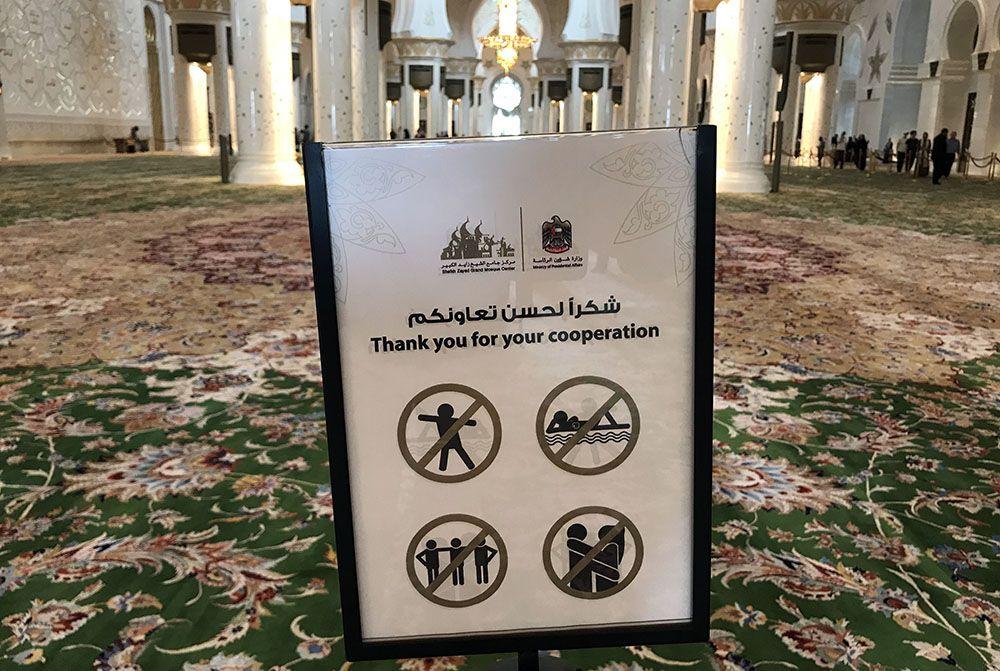 do's and don'ts voor in de moskee van Abu Dhabi