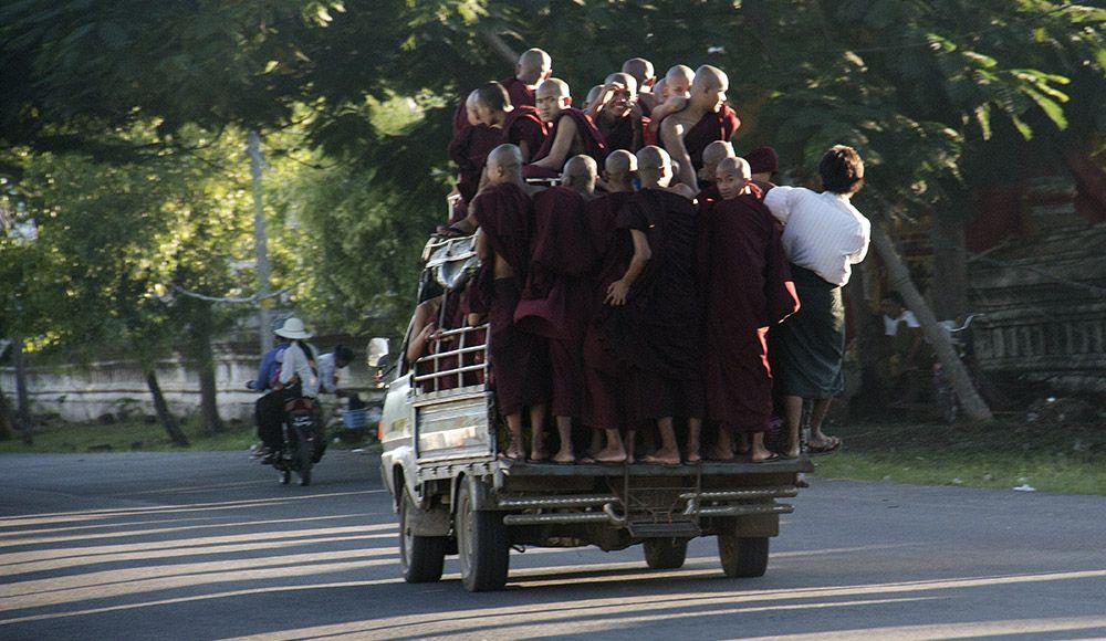 monniken in truck