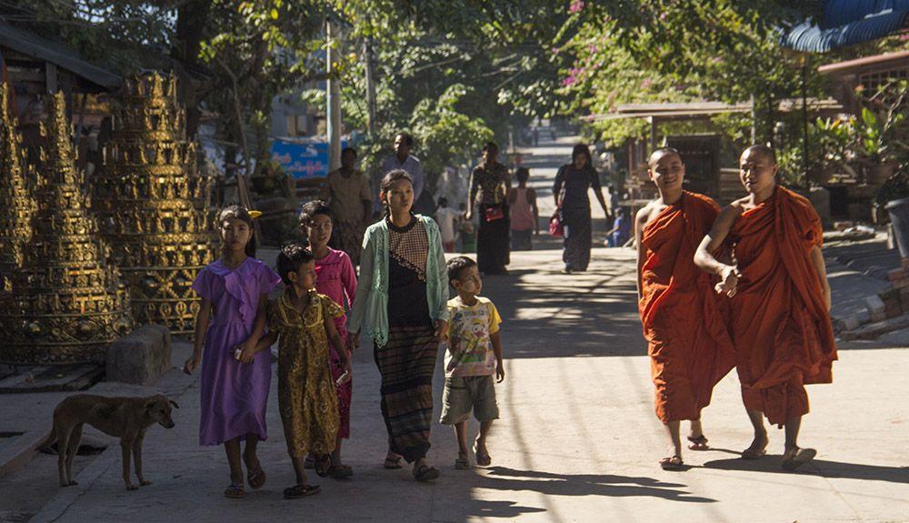 In Myanmar bepalen monniken het straatbeeld.