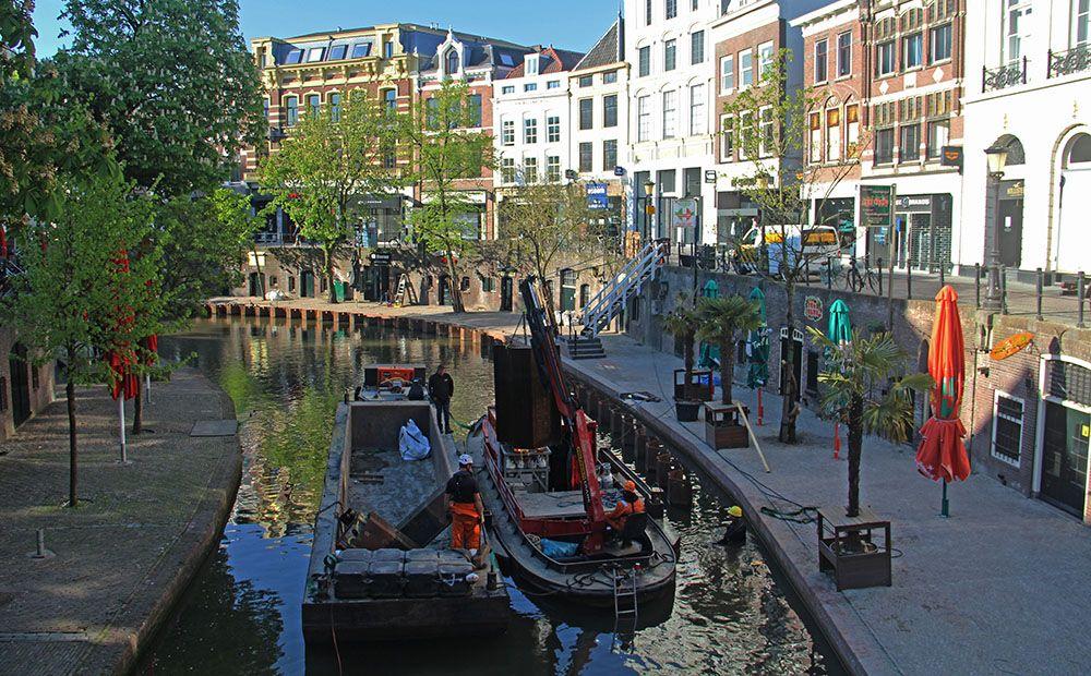 baggerwerkzaamheden in de Oudegracht in Utrecht