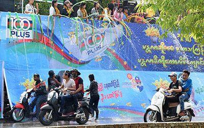 """Afkoelen tijdens """"Thingyan"""", het waterfestival"""