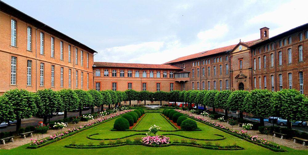 Binnenplaats in de roze stad Toulouse