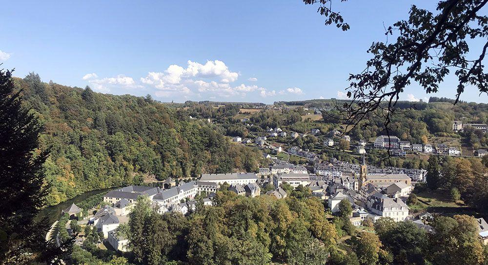 Uitzicht op Bouillon in de Belgische Ardennen