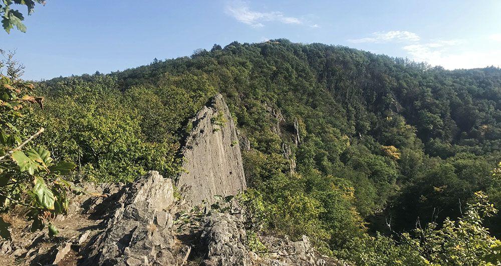 Rotswand van Le Herou in de Belgische Ardennen