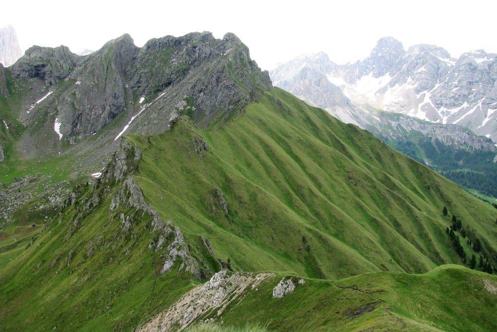 Beklimming van een ruige, steile bergrug in de Dolomieten