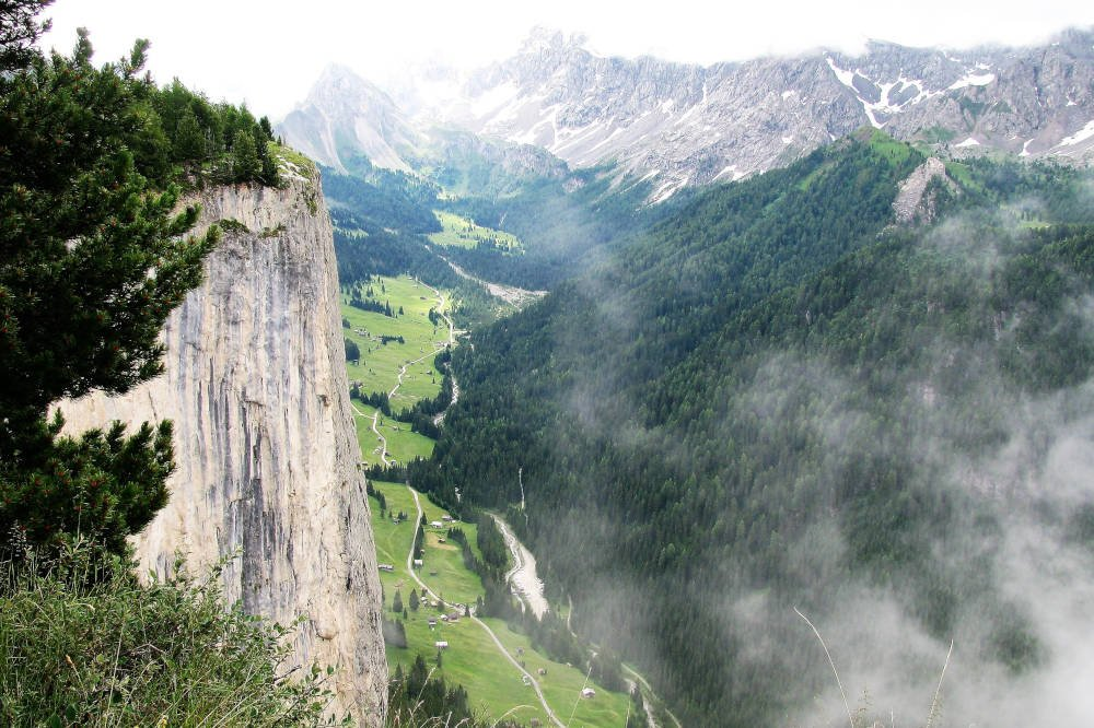 Steile bergwand in de Dolomieten met mist