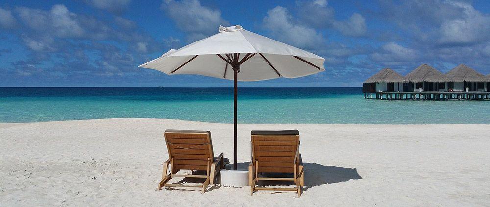 Strandstoelen op een Bountry-strand op de Malediven