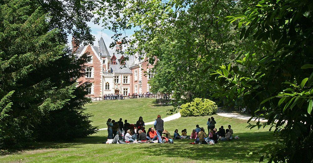 mensen in het kasteelpark langs de Loire.