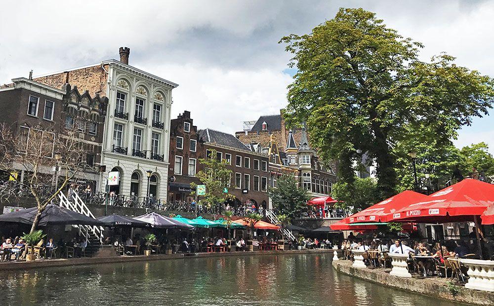 terrassen aan de Oudegracht in Utrecht