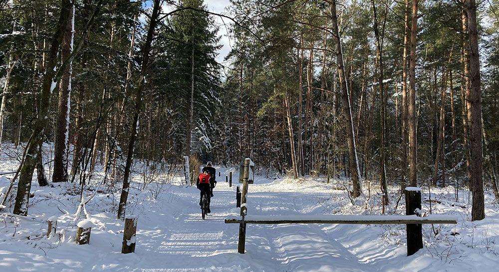 Wielrenners door de sneeuw