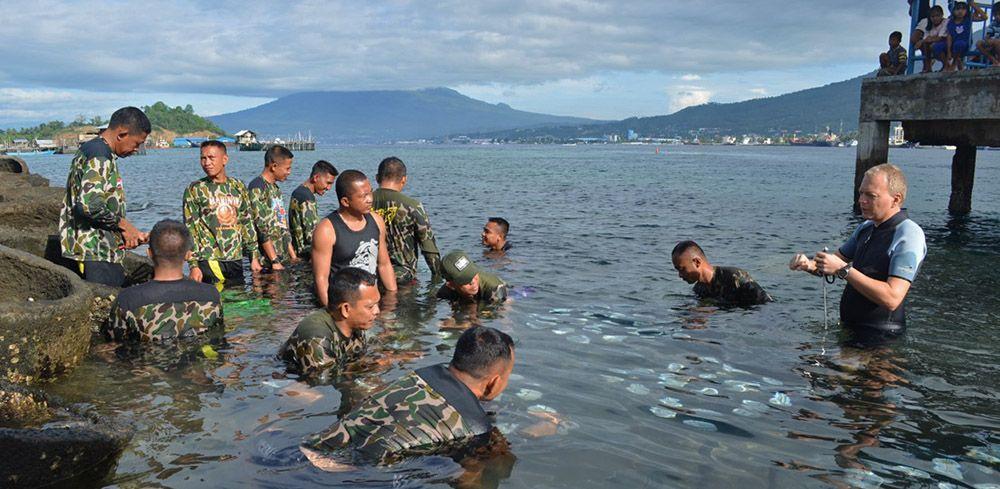 Uitleg van ecoresort aan mariniers Indonesië om koraaltuin aan te leggen