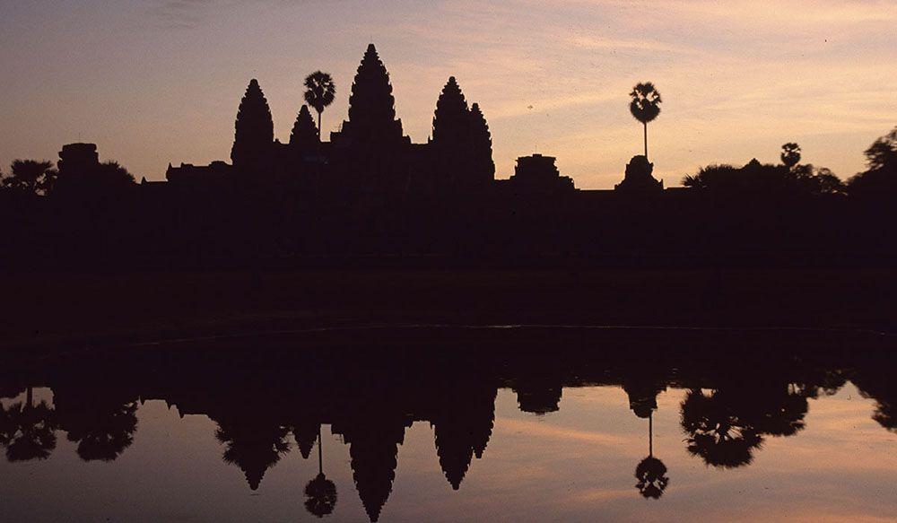 Angkor Wat in Cambodja bij zonsopkomst en weerspiegeling in het water